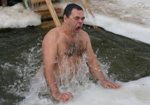 окунаться в прорубь на крещение
